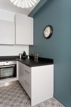 The painting (Farrow and Ball – Inchyra Blue presents up to skirting stretches a small kitchen (done by a cook). Black Kitchens, Home Kitchens, Farrow And Ball Inchyra Blue, Farrow And Ball Kitchen, Blue Kitchen Designs, Kitchen Dining, Kitchen Decor, Kitchen Island, Kitchen Cabinets
