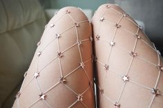 Uma conta no Instagram mostra o trabalho de uma designer que cria versões incríveis da meia com aplicações de brilhos e pedrarias.