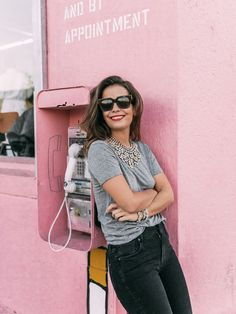 Pink wall | Grey tee | Outfit | Happy place | More on Fashionchick.nl