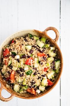 This quick and easy vegan quinoa salad with black beans is refreshing, delicious and good for you. It mixes juicy cucumbers, crisp red pepper and spring onions with protein-packed quinoa and black beans for a healthy lunch or light dinner. Strawberry Yogurt Smoothie, Finding Vegan, How To Cook Quinoa, Quinoa Salad, Healthy Salads, Summer Salads, Black Beans, Food Print