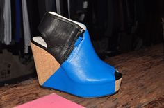 Zapatos de #plataforma con bloque de color azul brillante. Los encontrás en #UrbanOutfitters $2290 #ElegidosMS
