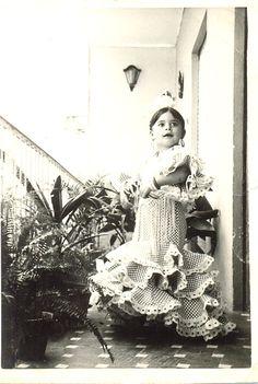 La bailaora de Sevilla Rocio Coral, hija de la famosa Matilde Coral, vestida con una bata de cola idéntica a la de su madre. (año 1966)