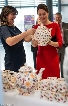 November 2014 - Catherine, Duchess of Cambridge and Emma Bridgewater with her new teapots that will help fundraising as she visits an EACH (East Anglia Children's Hospice) Appeal Launch Event at Norfolk Showground in Norwich, England. Princesa Charlotte, Princesa Kate, Prince William Et Kate, William Kate, Kate Middleton Photos, Kate Middleton Style, Duchesse Kate, Princesse Kate Middleton, Herzogin Von Cambridge