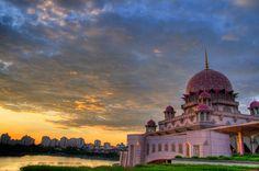 La Moschea di Putra a Putrajaya, in Malesia