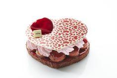 아무르 드 바바{초콜릿 바바로아 위에 딸기 휘핑크림, 바바(발효 반죽을 시럽에 적셔 만든 조그만 케이크)를 올리고 화이트 초콜릿을 샌드한 디저트}