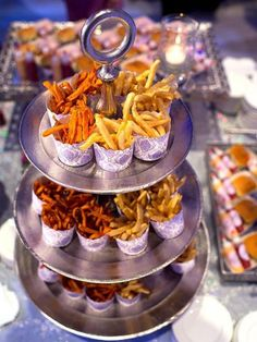 Wedding Reception Food Late-night snack bar for a wedding reception food station - Treat guests to one of these awesome DIY food stations. Wedding Snack Bar, Vegan Wedding Food, Wedding Food Bars, Wedding Food Stations, Wedding Reception Food, Wedding Meals, Wedding Catering, Food Ideas For Wedding, Party Food Bars