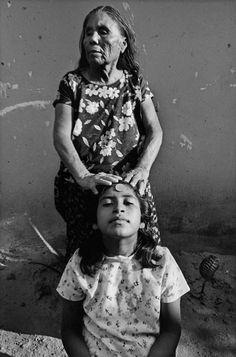 Curación / Healing | Juchitán, México, 1988 | photo credit, Graciela Iturbide