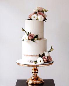 6 Wedding Cake Trends in 2020 Black Wedding Cakes, Beautiful Wedding Cakes, Beautiful Cakes, Wedding Cake Flowers, Cake Wedding, Purple Wedding, Gold Wedding, Wedding Cake Centerpieces, Fresh Flower Cake