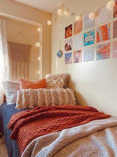 Dorm Room Themes, College Bedroom Decor, Cool Dorm Rooms, Dorm Room Designs, Room Ideas Bedroom, College Dorm Rooms, Dorm Room Beds, Dorm Room Decorations, Preppy Dorm Room