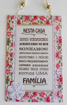 """Plaquinha """"Nesta casa somos uma família"""" Nesta Casa, Prayer Flags, Bobbin Lace, Family Love, Blue Moon, String Art, Rose, Quilling, Decoration"""