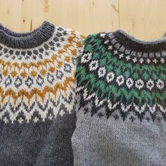 Vilken är bäst? Jag gillar originalavslutningen på halsen på den gröna Riddarin men färgerna på den gula är snyggare även om mönstret är… Harry Potter Knit, Icelandic Sweaters, Beaded Collar, Fair Isle Knitting, Textiles, Crochet Crafts, Pull, Christmas Sweaters, Knitting Patterns