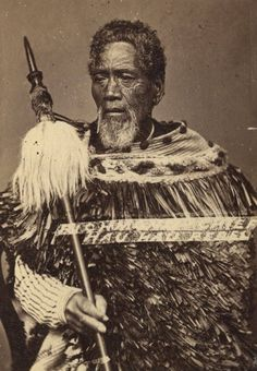 Maori chief from New Zealand holding a taiaha Ta Moko Tattoo, Polynesian People, Maori People, Maori Designs, Aboriginal People, Maori Art, South Pacific, Male Face, Portrait Art