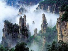 """#1000ViajesEstrella: China Zhangjiajie, el paisaje que inspiró """"Avatar"""". Los picos son parte del enorme Parque Nacional de Zhangjiajie. La ciudad tiene una historia que se remonta a la dinastía Han, cuando el General Zhang Liang, perseguido bajo órdenes del emperador, huyó con sus familiares y seguidores y se refugió en esta remota zona. En chino, Zhangjiajie significa """"dominio de la familia Zhang"""". Hoy lo que una vez fue un impenetrable escondite abre sus puertas al mundo..."""