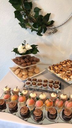 Snacks & Desserts Setup - Drizel Buffet Styles - Layers, textures, angles and simple greenery make this visually appealing. Diy Dessert, Dessert Buffet Table, Dessert Table Birthday, Dessert Party, Birthday Brunch, Birthday Desserts, Brunch Party, Dessert Recipes, Party Buffet