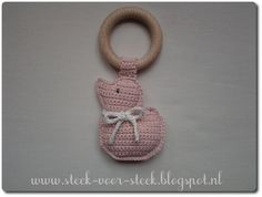 nl: a free crochet tutorial from Steek voor Steek for this funny duckling Crochet Baby Toys, Crochet Bebe, Diy Crochet, Baby Knitting, Baby Shower Gifts, Baby Gifts, Wooden Baby Toys, Baby Presents, How To Make Toys