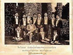 """King of Thailand : His Majesty King Chulalongkorn (RAMA V) พระบาทสมเด็จพระปรมินทรมหาจุฬาลงกรณ์ พระจุลจอมเกล้าเจ้าอยู่หัว """"ที่ตาโปลดอต ประทับพร้อมด้วยสมเด็จพระบรมโอรสาธิราช สมเด็จพระเจ้าลูกยาเธอ พระเจ้าลูกยาเธอ ๗ กรกฎาคม ๒๔๕๐"""" ; 7 July 1907"""