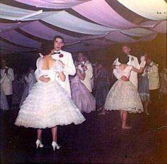 Class on 1959 Prom Fifties Style, Fifties Fashion, Vintage Fashion, Night Aesthetic, Retro Aesthetic, Rockabilly Style, Rockabilly Fashion, Prom Photos, Senior Photos