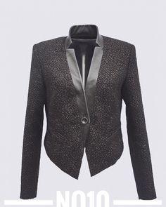 """Ein umgekehrter Vokuhila siehst du hier.  Das Schnittmuster No10 Spencer Jacke ist vorne lang und hinten kurz geschnitten ... wie gesagt, ein umgekehrter Vokuhila, also ein Hikuvola😂. Der Hals schliesst mit einem """"stehenden Revers"""" z.B. aus Leder ab. Ins Vorderteil werden Paspeltaschen eingearbeitet. Einen Einblick in die Verarbeitung dieser Taschen findest du auf meinem Blog. Sehr cool 😎 trägt sich die Spencerjacke im Layering Look: Schmale Hose, lange Bluse oder Shirt dazu die kurze… Spencer, Revers, Trends, Shirts, Blazer, Blog, Instagram, Fashion, Fashion Styles"""