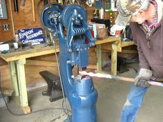 Here's a rebuilt 25 lb. Little Giant New Style drawing out a piece of 1 of round stock. Power Hammer Plans, Blacksmith Power Hammer, Forging Hammer, Hammer Tool, Blacksmith Tools, Welding Shop, Welding Table, Hammer Machine, Hammer Drawing
