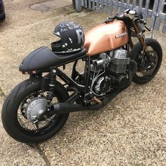 Gorgeous copper tank on this Honda built by Thanks for sharing! Cb750 Cafe Racer, Cafe Racer Motorcycle, Cafe Racers, Motorcycle Style, Biker Style, Classic Motorcycle, Motorcycle News, Modern Cafe Racer, Custom Cafe Racer