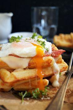 Sajtos gofri à la Croque Madame recept - Kifőztük, online gasztromagazin Waffles, Pancakes, Madame, Eggs, Breakfast, Food, Drink, Morning Coffee, Meal