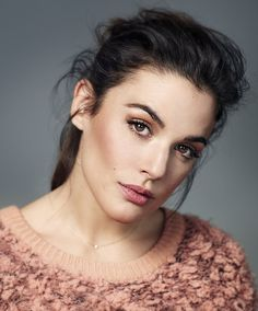 Adriana ugarte | siguenos Retro Makeup, Glam Makeup, Beauty Makeup, Hair Makeup, Hair Beauty, Pretty People, Beautiful People, Celebrity Makeup Looks, Best Face Products
