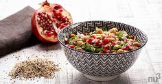 Quinoa ist ein Multitalent, denn das glutenfreie Superfood ist viel mehr als ein Ersatz für Getreide oder Reis. In Kombination mit Kichererbsen und Granatapfelkernen besonders lecker und farbenfroh.
