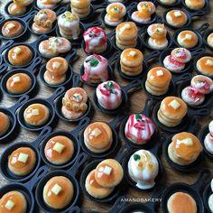 . . GM! スキレットもうないと思ったら、 開けてない箱出てきたというオチ . とりあえずな数が出来たので、 .  21日(水)21:00〜 パンケーキのみ追加販売します . . 女子力高めなじゃらじゃらパンも 仕込み中なので、もう少しお待ちください . . . #bread #minne #miniature #miniaturefood #パン #パン雑貨 #ミニチュア #ミニチュアパン #パンブローチ #アマノベーカリー #smile  #clay #スキレット #パンケーキ #オムライス #オムレツ #クロワッサン #カンパーニュ #トースト
