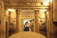 Las catacumbas de kom El Shokafa, Actividades y tours de un dia en El Cairo http://www.espanol.maydoumtravel.com/Tours-De-Un-D%C3%ADa-En-El-Cairo/6/1/134
