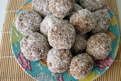 Raw Vegan Joy – Bomboane raw cu cocos şi curmale Raw Food Recipes, Cooking Recipes, Raw Desserts, Raw Vegan, Healthy Cooking, Biscuits, Deserts, Goodies, Low Carb