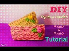 Uniendo un rectangulo de medio punto a un círculo para hacer una cartuchera a crochet. - YouTube Crochet Diy, Crochet Hats, Mochila Crochet, Straw Bag, Purses And Bags, Coin Purse, Crochet Patterns, Stitch, Knitting