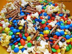 Looks like a interesting type cake - Made from Popcorn, marshmallows, chocolate, pretzels and butter How To Make Cake, Food To Make, No Bake Desserts, Dessert Recipes, Great Recipes, Favorite Recipes, Yummy Recipes, Carnival Cakes, Popcorn Cake