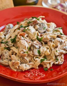 Chicken alla Boscaiola - Pasta and chicken with a creamy sauce of mushrooms, pancetta and parmesan. Delicious comfort food! #recipe