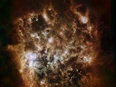 Esta imagem mostra a galáxia Grande Nuvem de Magalhães no infravermelho como vista pelo Observatório Espacial Herschel