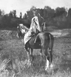 Crow man on horseback Native American Beauty, Native American Photos, Native American History, Native American Indians, Native Indian, Native Art, Crow Indians, Early American, American Life