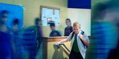 Um adolescente que se sente ansioso na escola