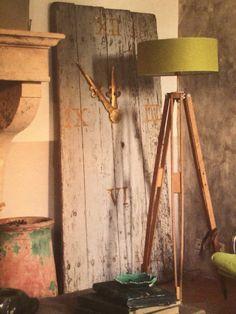 Oude houten deur omgetoverd tot klok