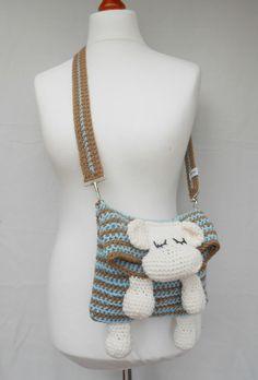 """**Das Origanalmodell aus dem Buch von Veronika Hug:  """"Das passt!: Häkeln mit der Stretchmasche""""**  Die süße Tasche hat vorn ein schlafendes Schäfchen.  Der Henkel ist mit abnehmbaren..."""