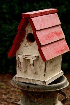 cabane à oiseaux toiture rouge, style rustique