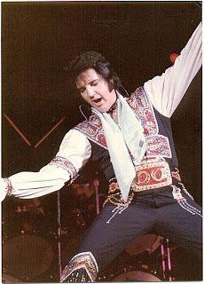 Elvis on July 1975 in Greensboro, NC Elvis Presley Concerts, Elvis In Concert, Elvis Presley Photos, Rehearsal Dress, Hampton Roads, Country Boys, Touring, Atlanta, Dj
