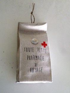 Petit pochon en lin et coton écru pour pharmacie de voyage imprimé vintage : Etuis, mini sacs par garance-kaki