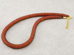 Collana a rete con perline in vetro di Murano di conteria di un bellissimo colore rosso mattone.