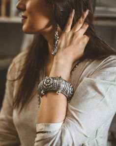 How To Make Silver Bracelets Cute Girl Photo, Girl Photo Poses, Girl Poses, Picture Poses, Silver Jewellery Indian, Tribal Jewelry, Silver Jewelry, Silver Earrings, Silver Ring