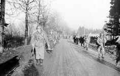 Soldats du bataillon d'infanterie 551e Parachute se déplaçant à la ligne de bataille au début de la bataille des Ardennes Soldiers of the 551st Parachute Infantry Battalion moving up to the line of battle early in the Battle of the Bulge
