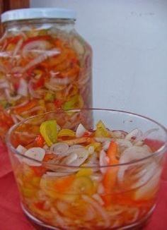 1 1/2 kg de cebolas cortadas em fatias finas  2 pimentões vermelhos cortados em fatias finas  2 pimentões amarelos em fatias finas 4 colhe...