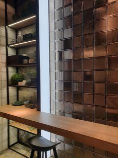 Jakie wnętrza będa modne w 2020 roku? | carrea.pl Wall Design, Blinds, Divider, Shelves, Curtains, Interior Design, Bathroom, Glass, Bar