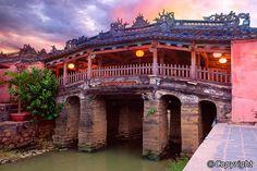 Probablemente, el lugar más emblemático de Hoi An es el Puente de la Lejanía, más conocido como el Puente Japonés, dado que su función era unir el barrio comercial japonés con el chino. El interior es de madera y está decorado con los típicos farolilos artesanales.  [Más información sobre el #viaje -> http://bit.ly/1BB1ySa] #ViajeDeNovios #LunaDeMiel #Vietnam