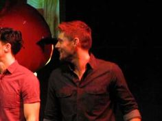 [VIDEO] Jensen singing along to Carry On Wayward Son with the cast at JIB2013 closing ceremony