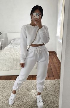 Baddie Outfits Casual, Sporty Outfits, Mode Outfits, Stylish Outfits, Girls Fashion Clothes, Winter Fashion Outfits, Look Fashion, Mode Instagram, Cute Sweatpants Outfit
