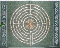 """Frontal de la iglesia de Wiesenbronn, Alemania--el uso popular del laberinto como un elemento de diseño en forma de mosaico para el suelo dio lugar a diferentes variedades de laberintos, todos ellos clasificados como """"romanos""""."""